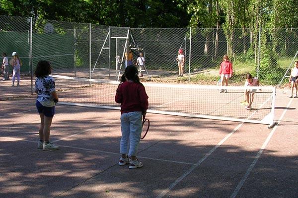 classe découverte audiovisuelle dans les Hautes Alpes - terrain de tennis